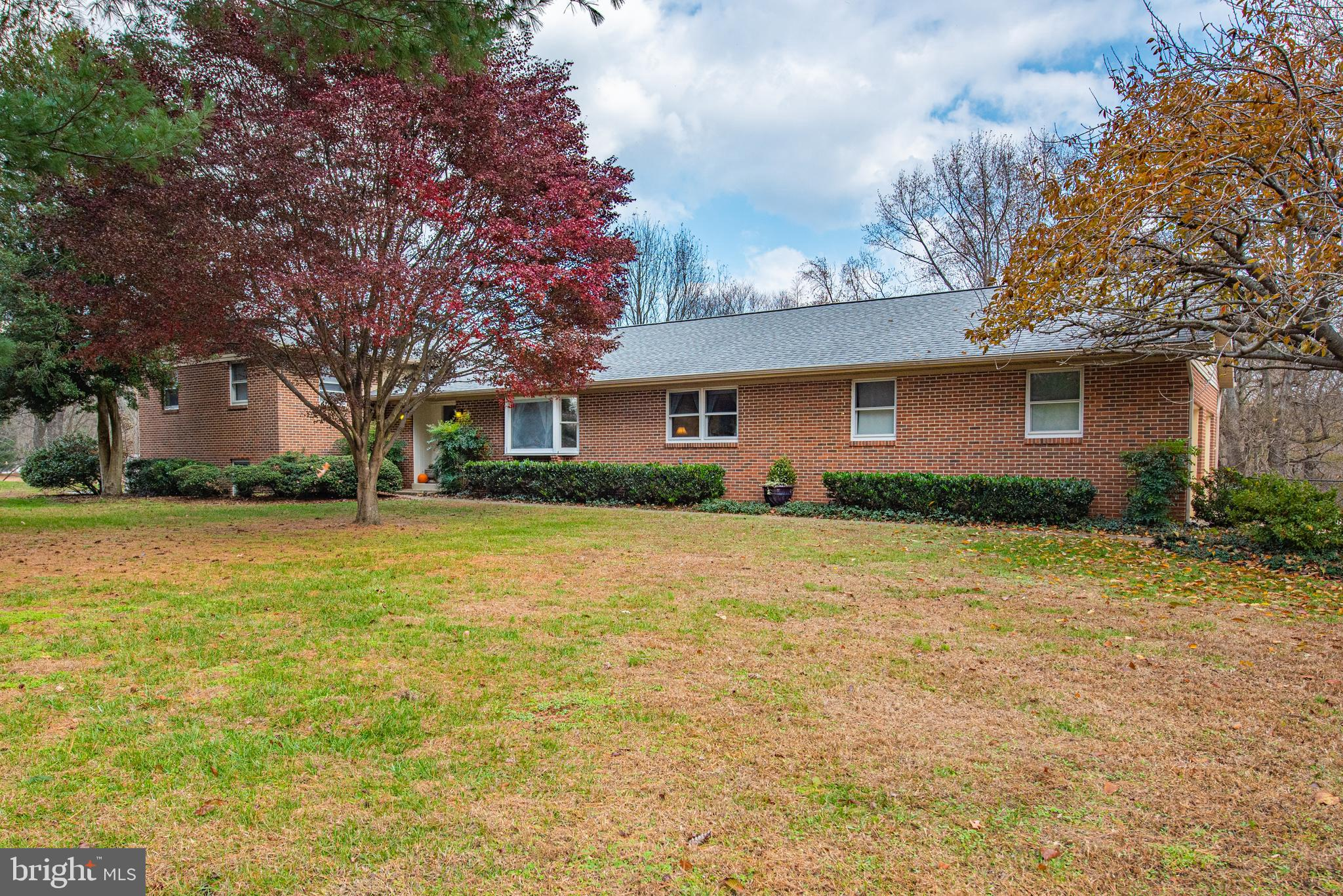 WOW!!  BRING THE WHOLE  FAMILY - THERE'S PLENTY OF ROOM  FOR ALL!!  ENJOY THIS  5 BEDROOM , 3.5 BATH