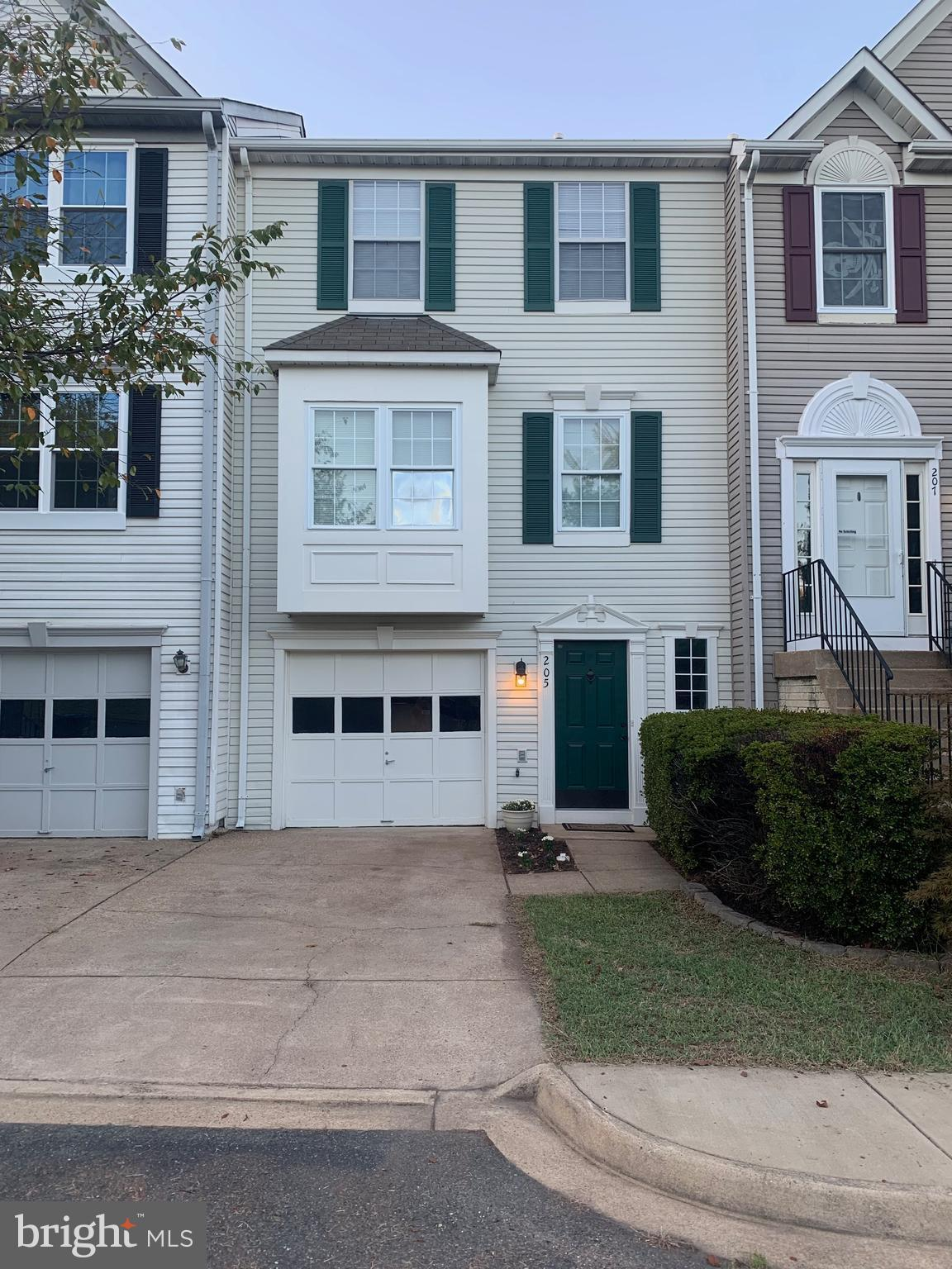Beautiful townhome in Spring Knoll! 2 Bedroom and 2.5 Bathrooms. Basement can be used as 3rd
