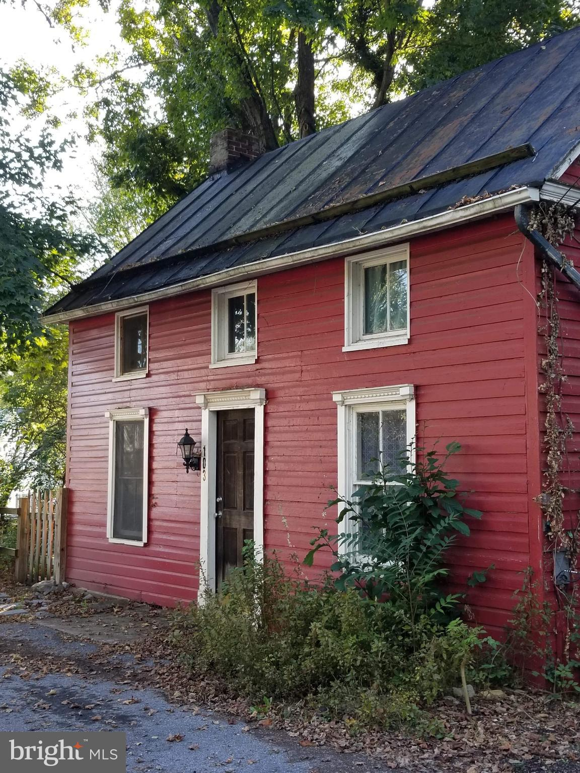 Charming 3 BR, 1BA in Shepherdstown. Walking distance to restaurants, shopping, and University. Wood