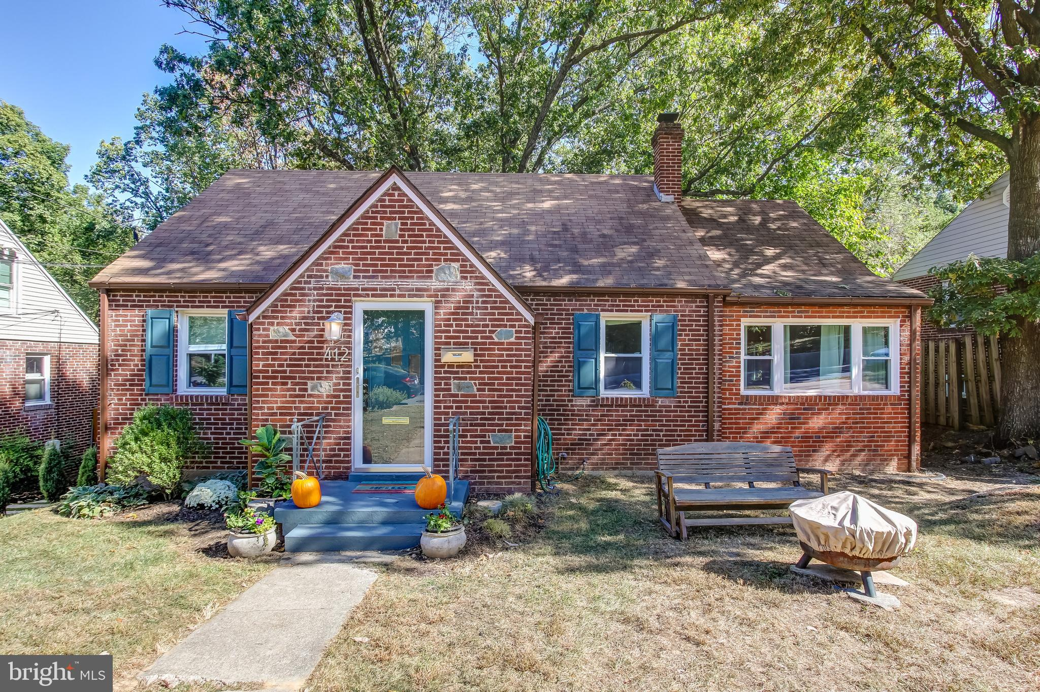 Bright, comfy cape on convivial Takoma Park block! You'll love the openness; living room flows to de
