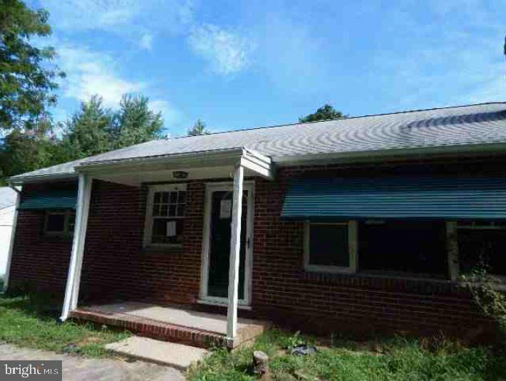 Great opportunity to own this 3 bedroom 1 bathroom single family home. This property built in 1951 h