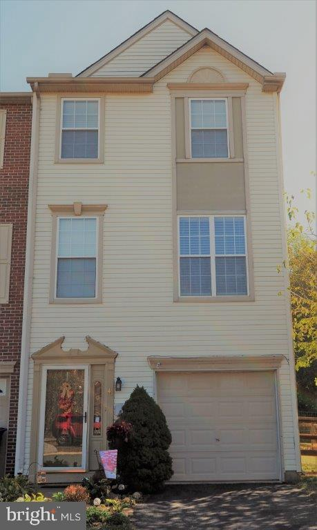 Welcome to this bright and cheery end unit townhome in Persimmon Creek.  Upon entering the lower lev