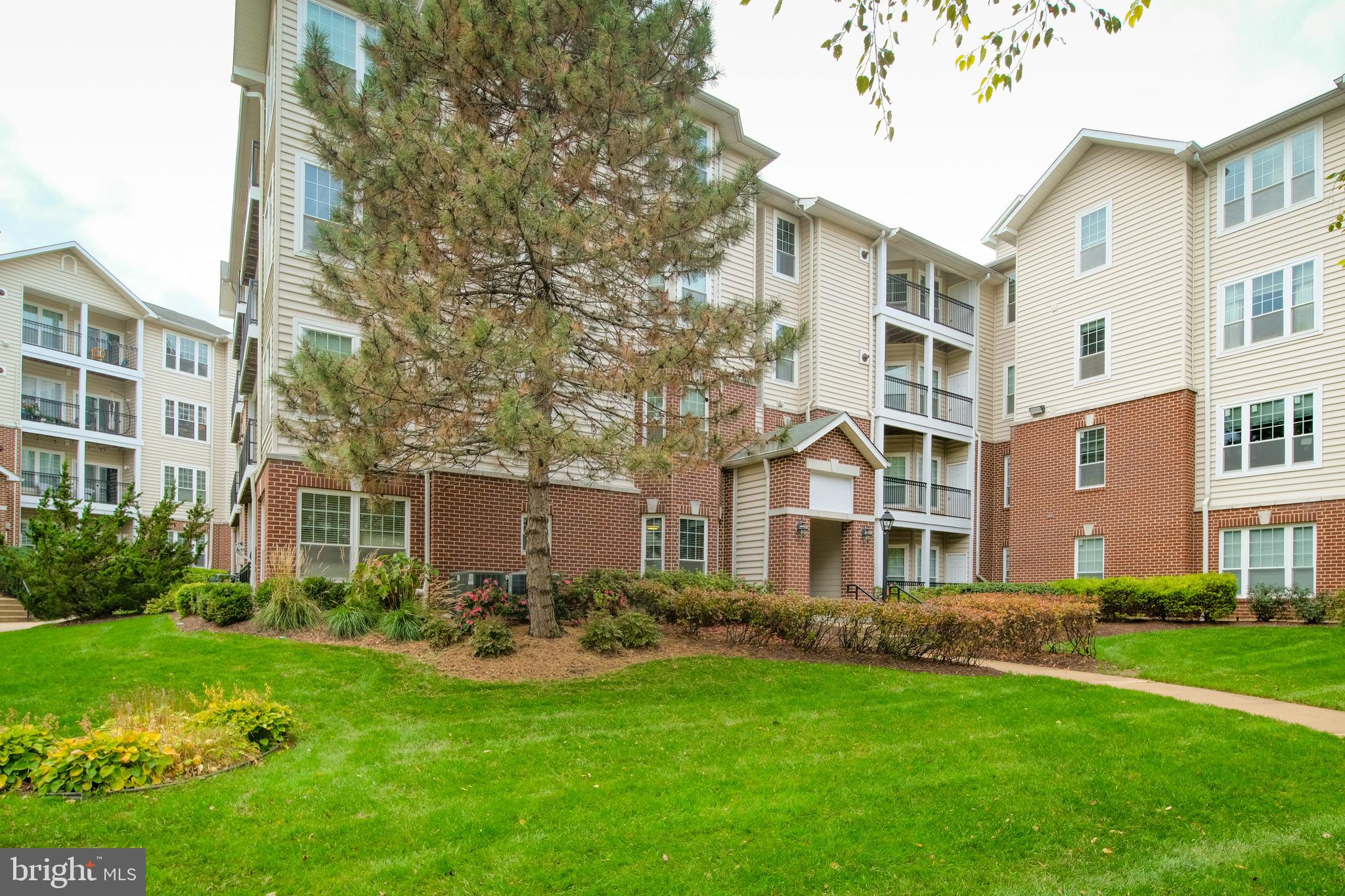 2 bedrooms, 2 full baths condo with beautiful garden view ground floor.Accessible to Mclean Metro, I