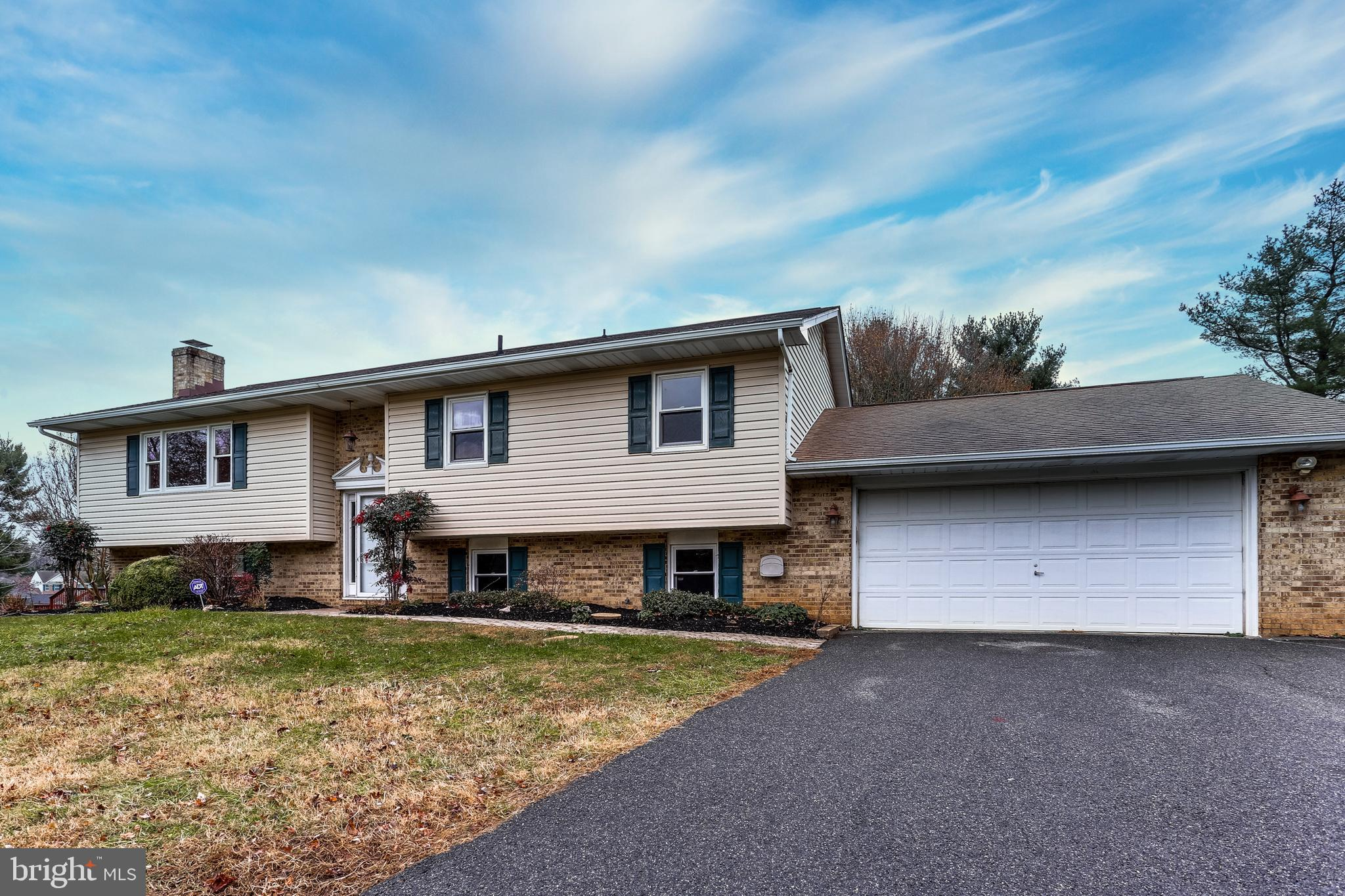 FALLSTON! FALLSTON! FALLSTON! FRESHLY PAINTED AND READY FOR A NEW OWNER. THIS HOME SITS ON OVER 3/4