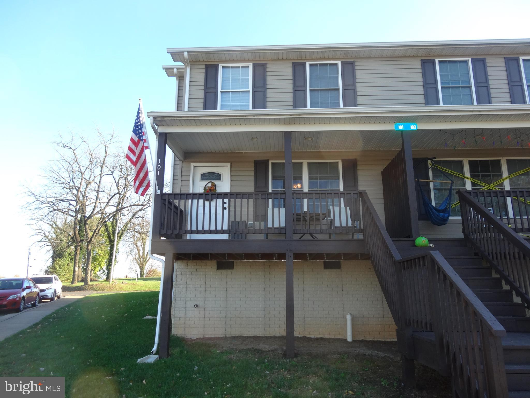 Lovely open concept 3 bedrooms and 2 and half baths duplex with a beautifully remodeled kitchen. Gre