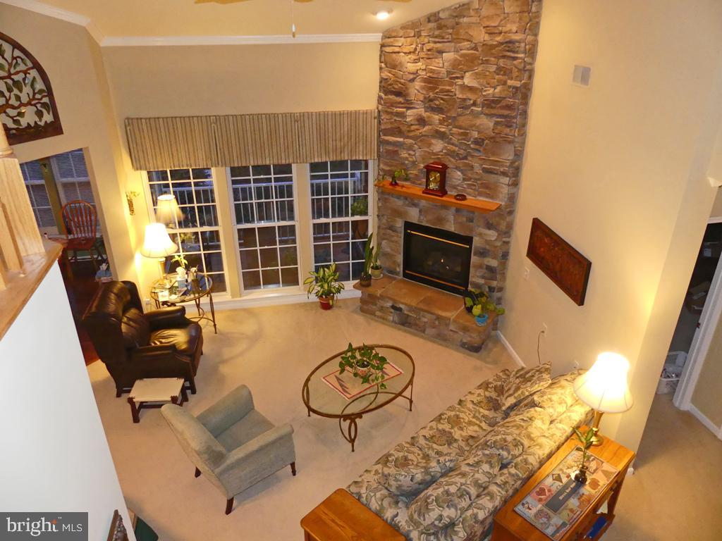 "RARELY AVAILABLE 1700 SQ FT PENTH W/LOFT. GORGEOUS STACKED STONE FP IN LIV RM. EAT-IN KIT W/42"" CHER"