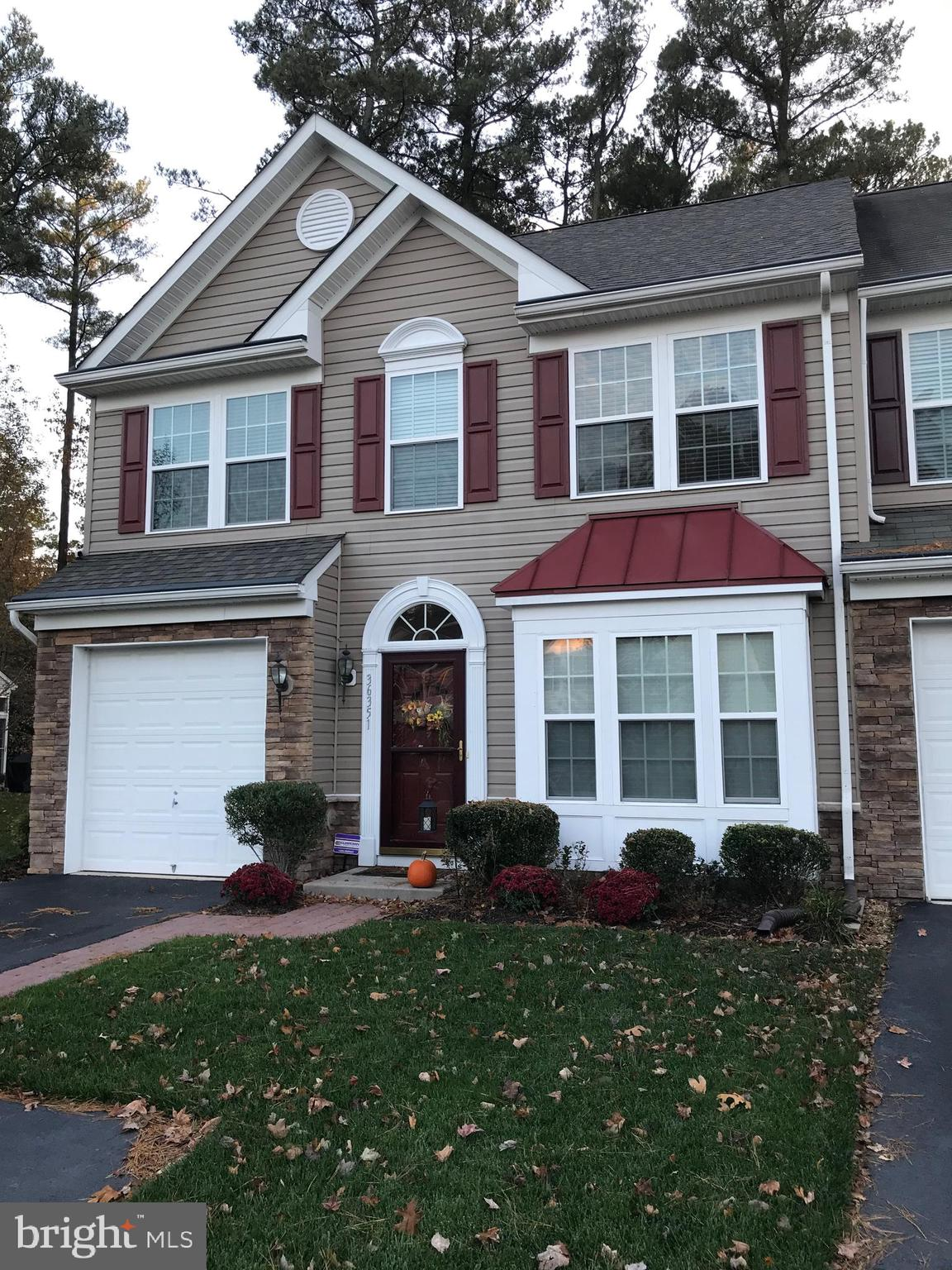 Beautifully cared for end unit townhome in the established community of Windhurst Manor. Spacious op
