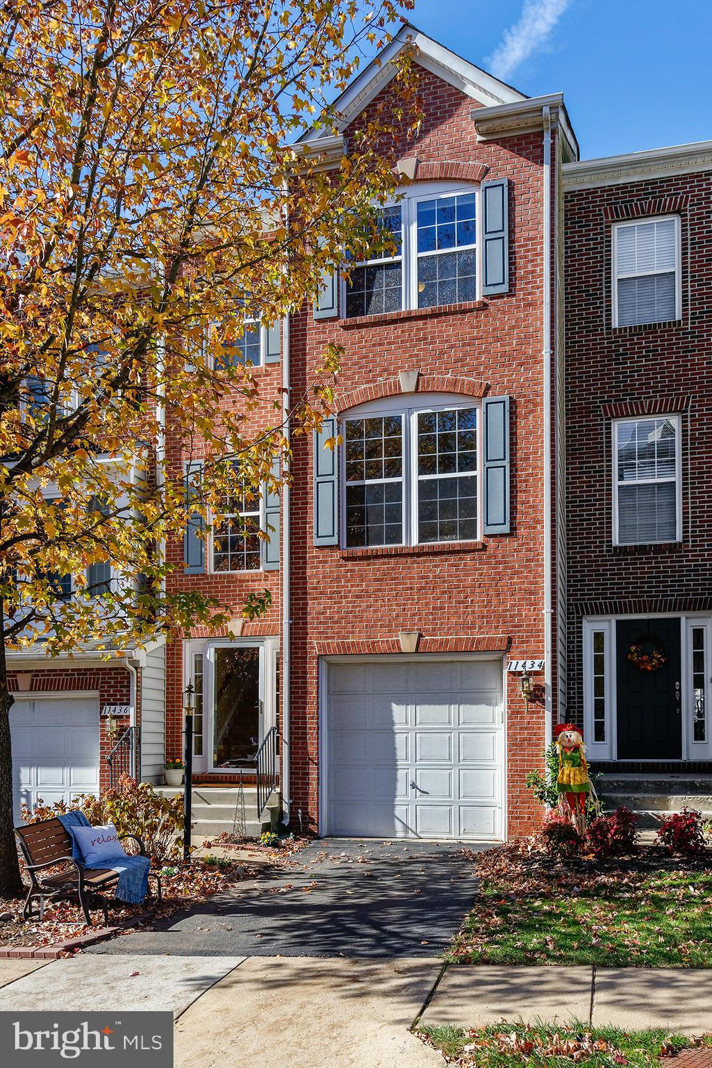 BEAUTIFUL, open concept townhouse close to major commuting routes, shopping and restaurants! Feature