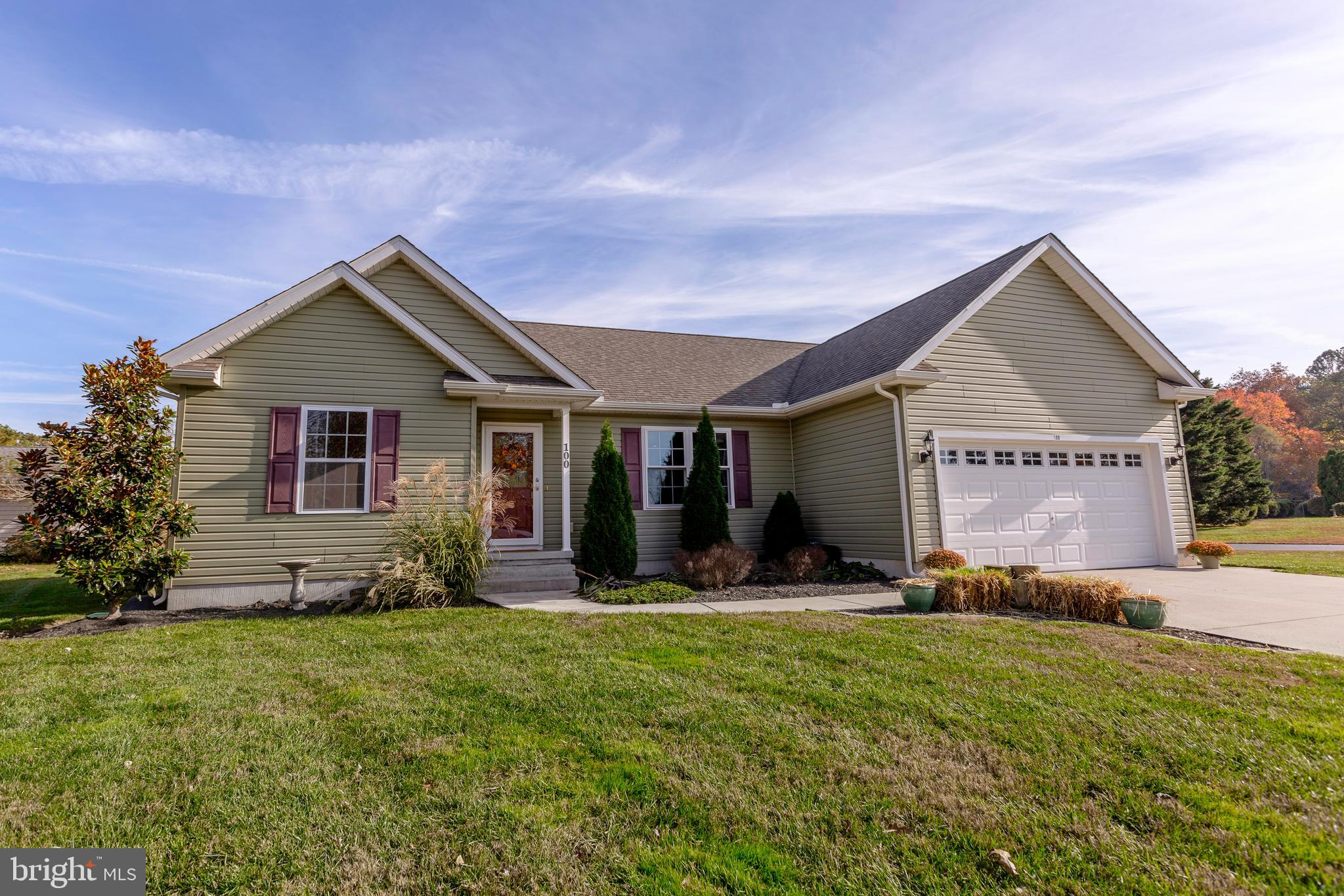 This 3BD, 2BA pristinely-kept house is move-in ready. The open-concept living area boasts hardwood f