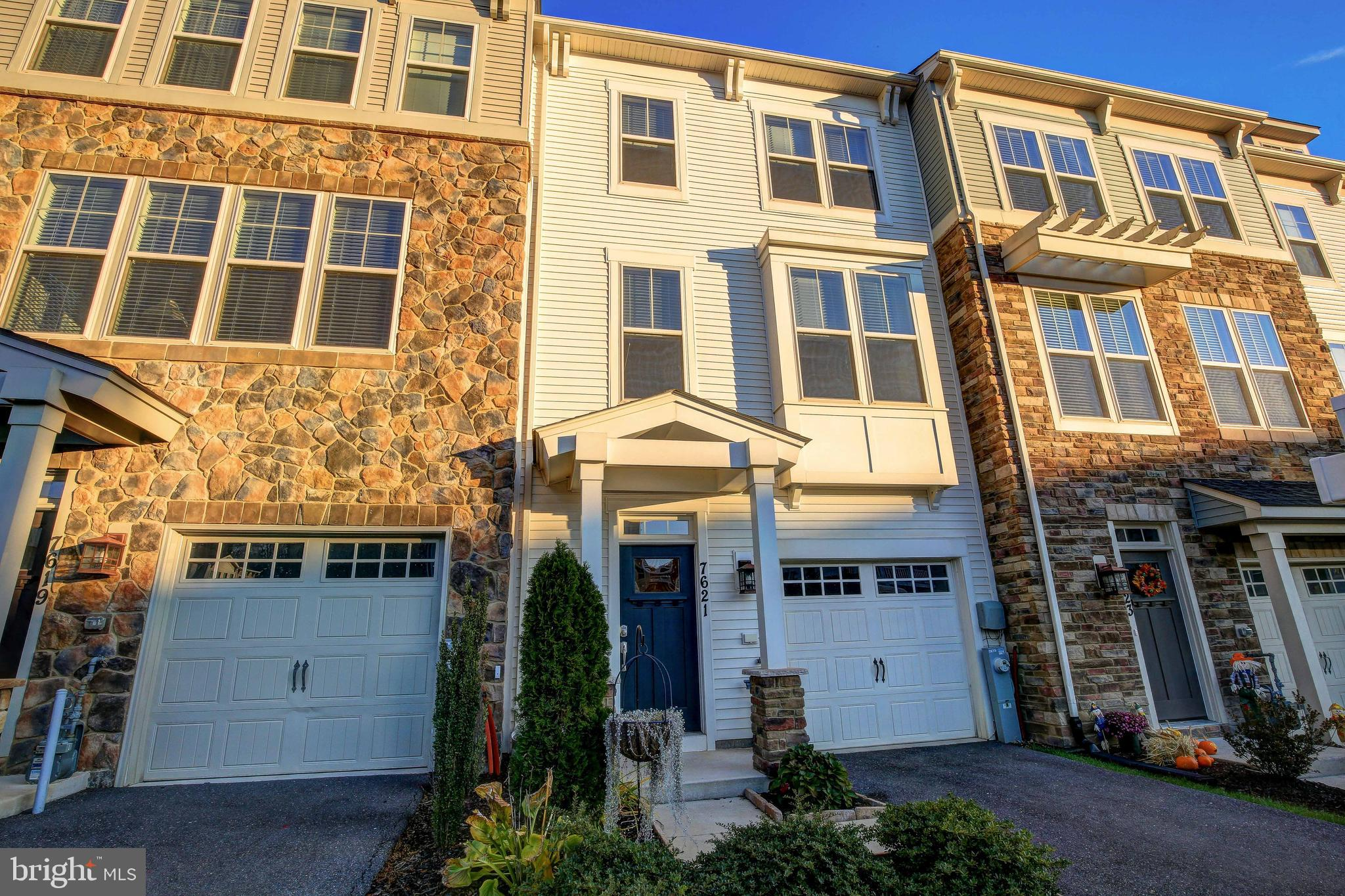 Move in ready- 3 bedroom, 2.5 bath townhome with 9' ceilings! Large kitchen, beautiful island, grani