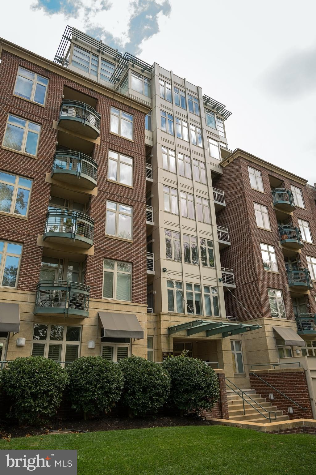 Just Listed. Must See. Open House  Sun 11/17 1-4PM. Stunning One Bedroom with Den open plan condo wi