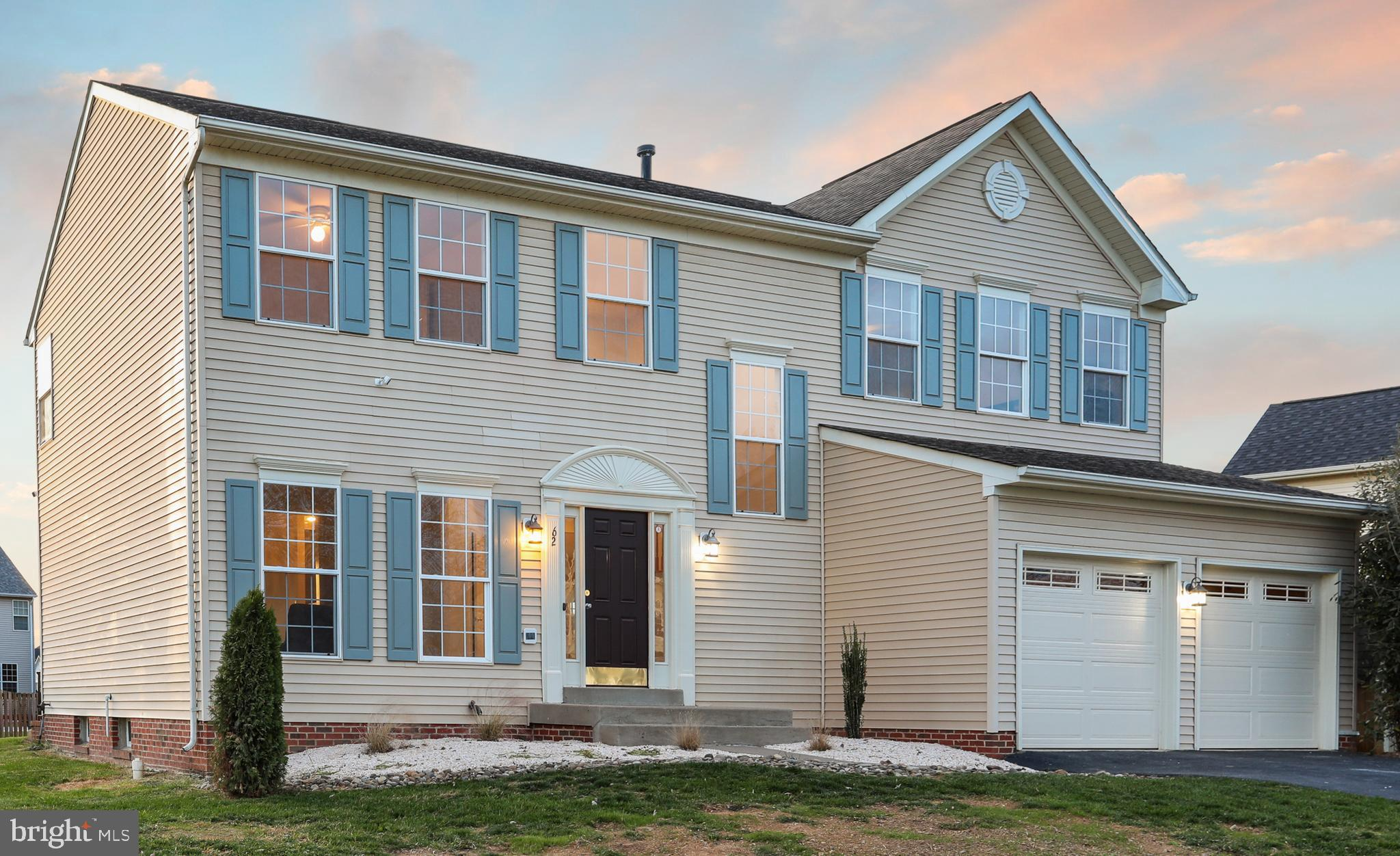 4 bedrooms and 3.5 bathrooms in the Locust Hill Golf course community. Tile foyer and engineered bee
