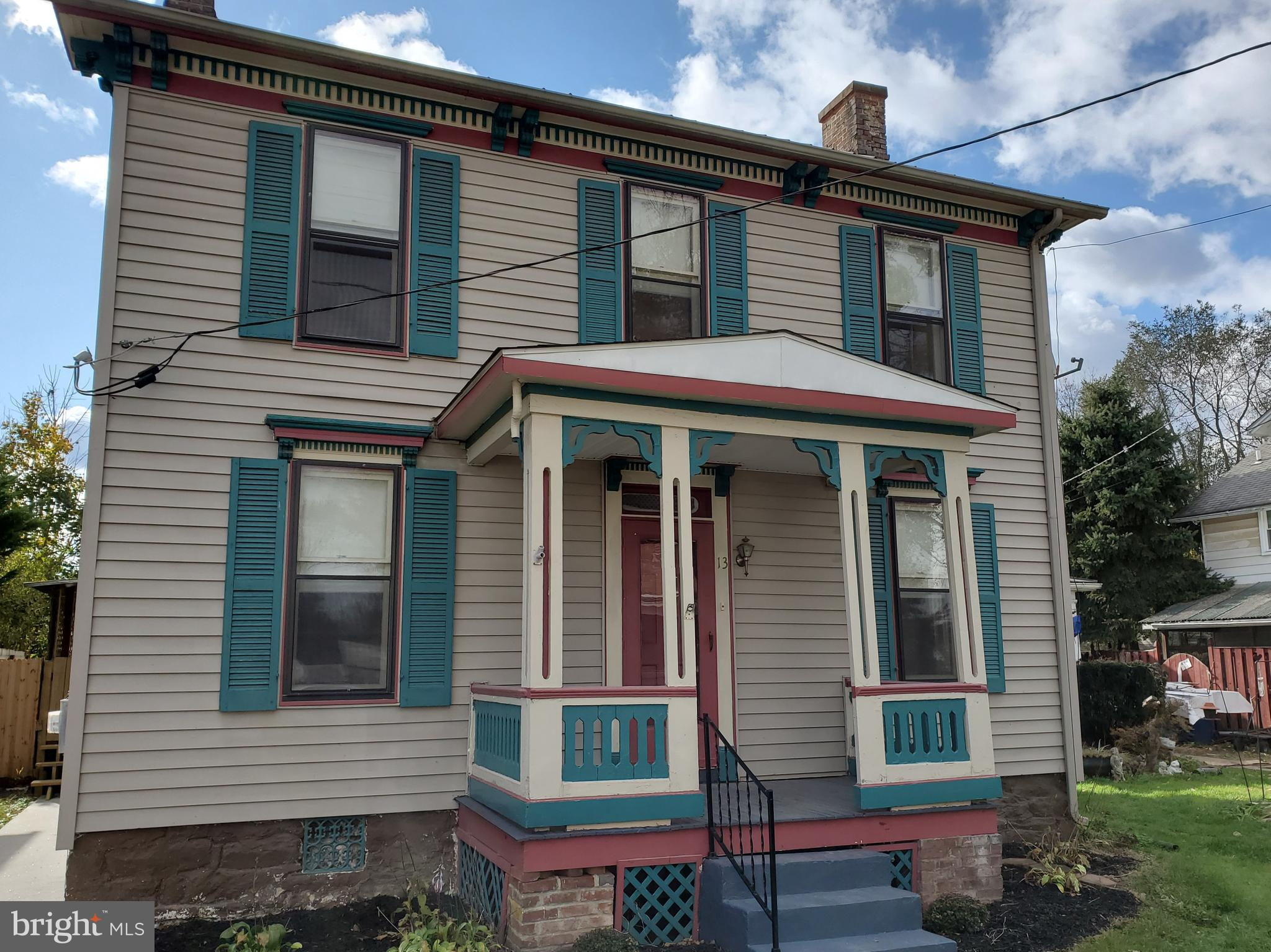 The perfect home for the first time homeowner or as a rental investment property! This quaint 3 bedr