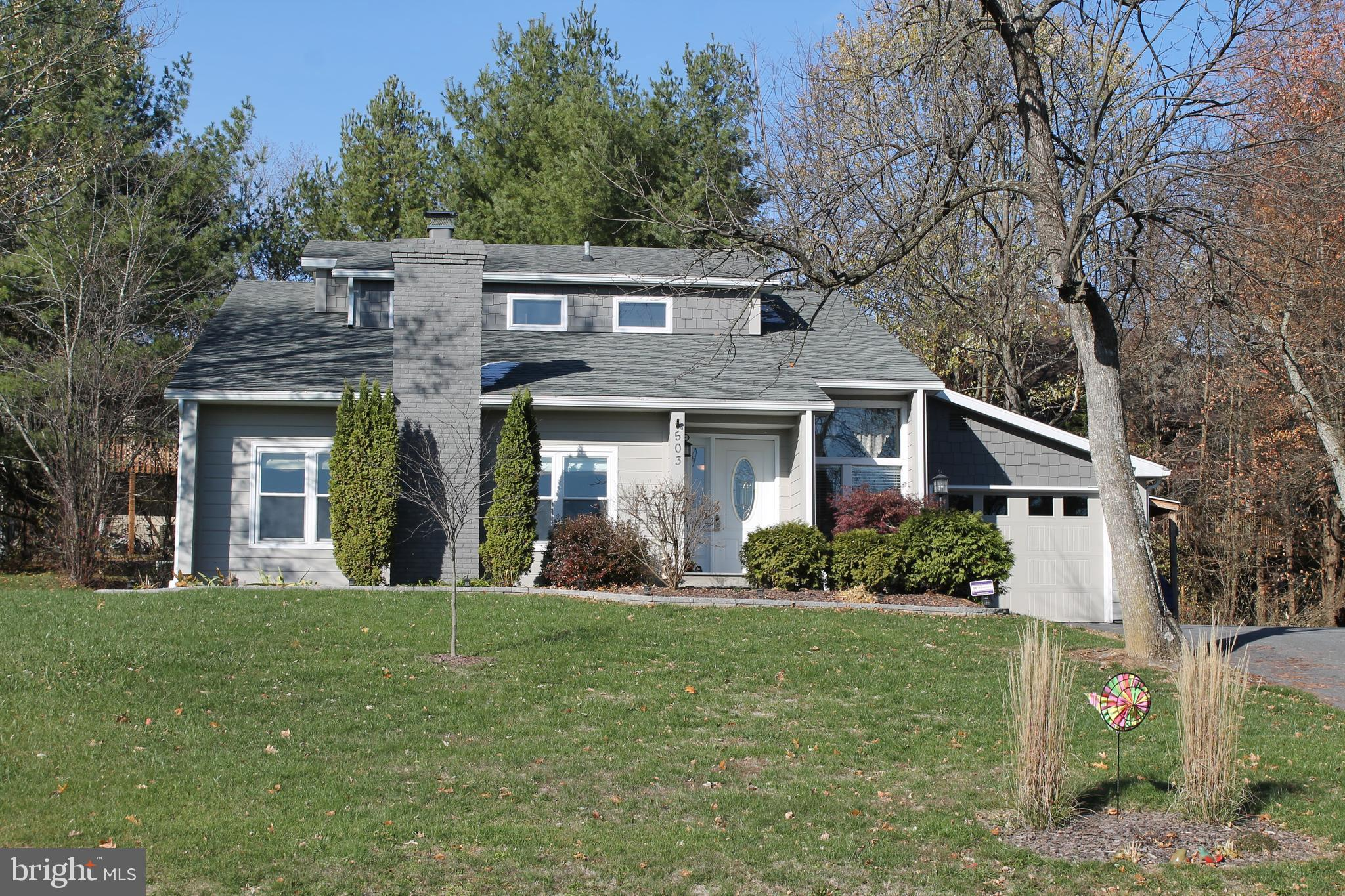 SPACIOUS 4 BEDROOM contemporary home in Lake Holiday! LARGE open living space with vaulted ceilings