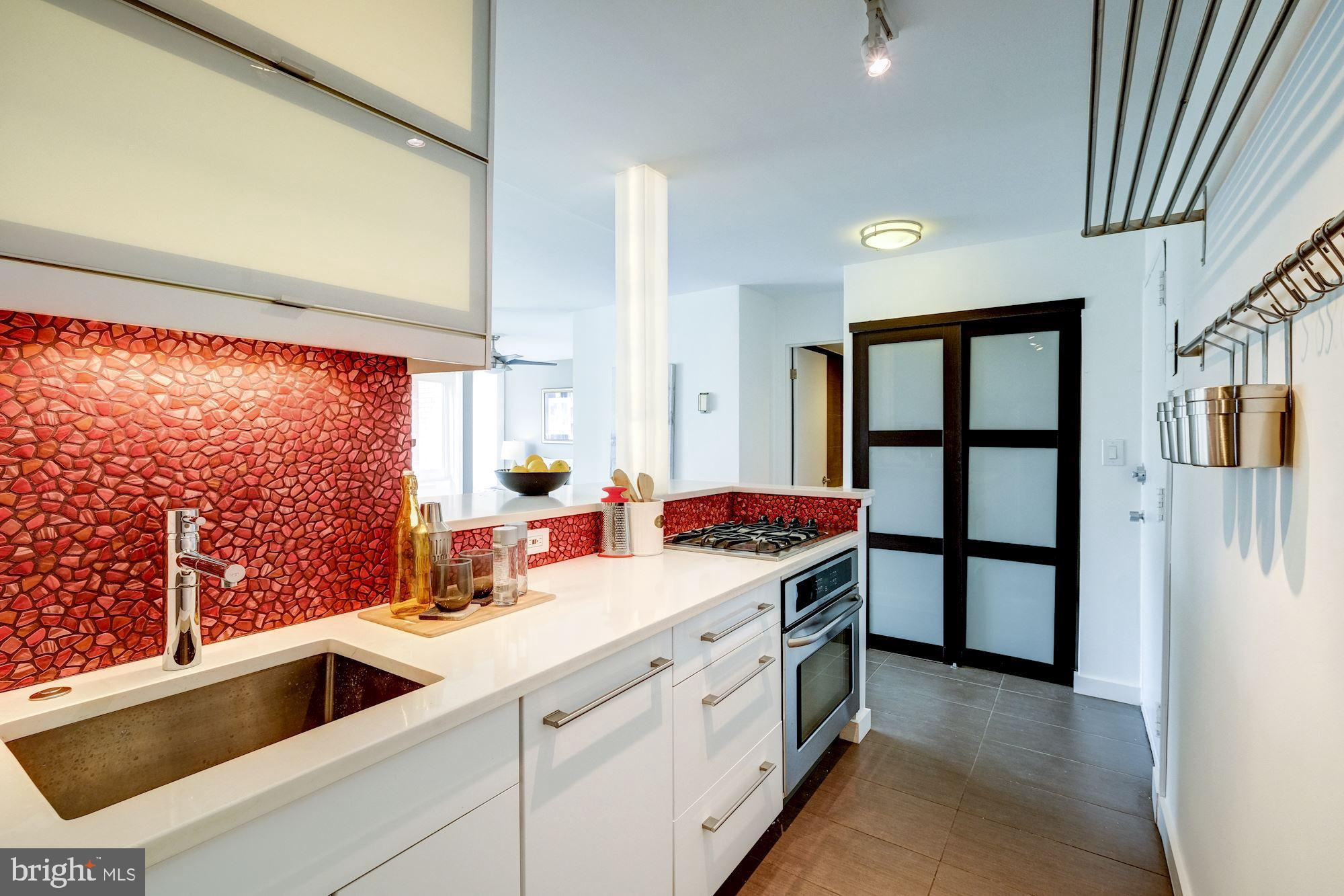 Impeccable Jr 1BR/1BA contemporary condo ideally located off of vibrant Dupont Circle. The south-fac