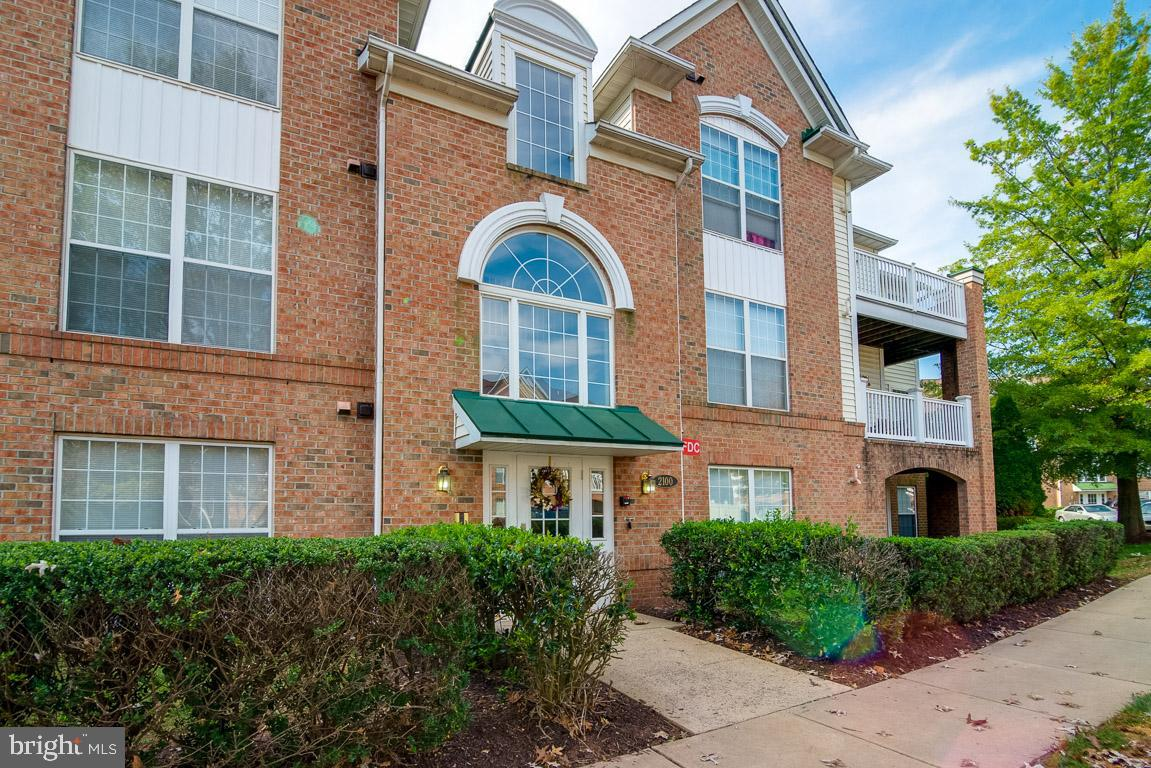 Located in the Echo Glen Condo community, this 1st floor condo was built in 1996 and offers approxim