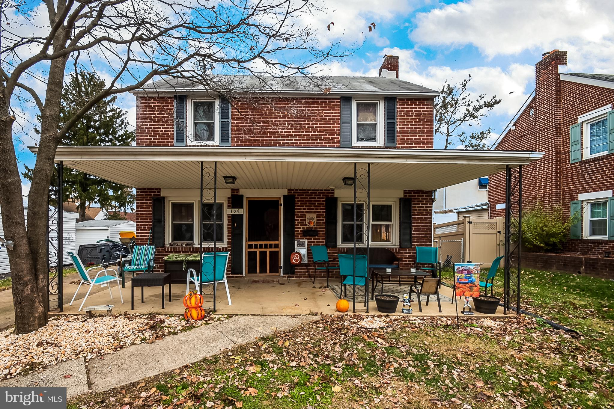 Welcome home! Don't let this all brick 2 story  colonial get away in Wilmington Manor! This move in