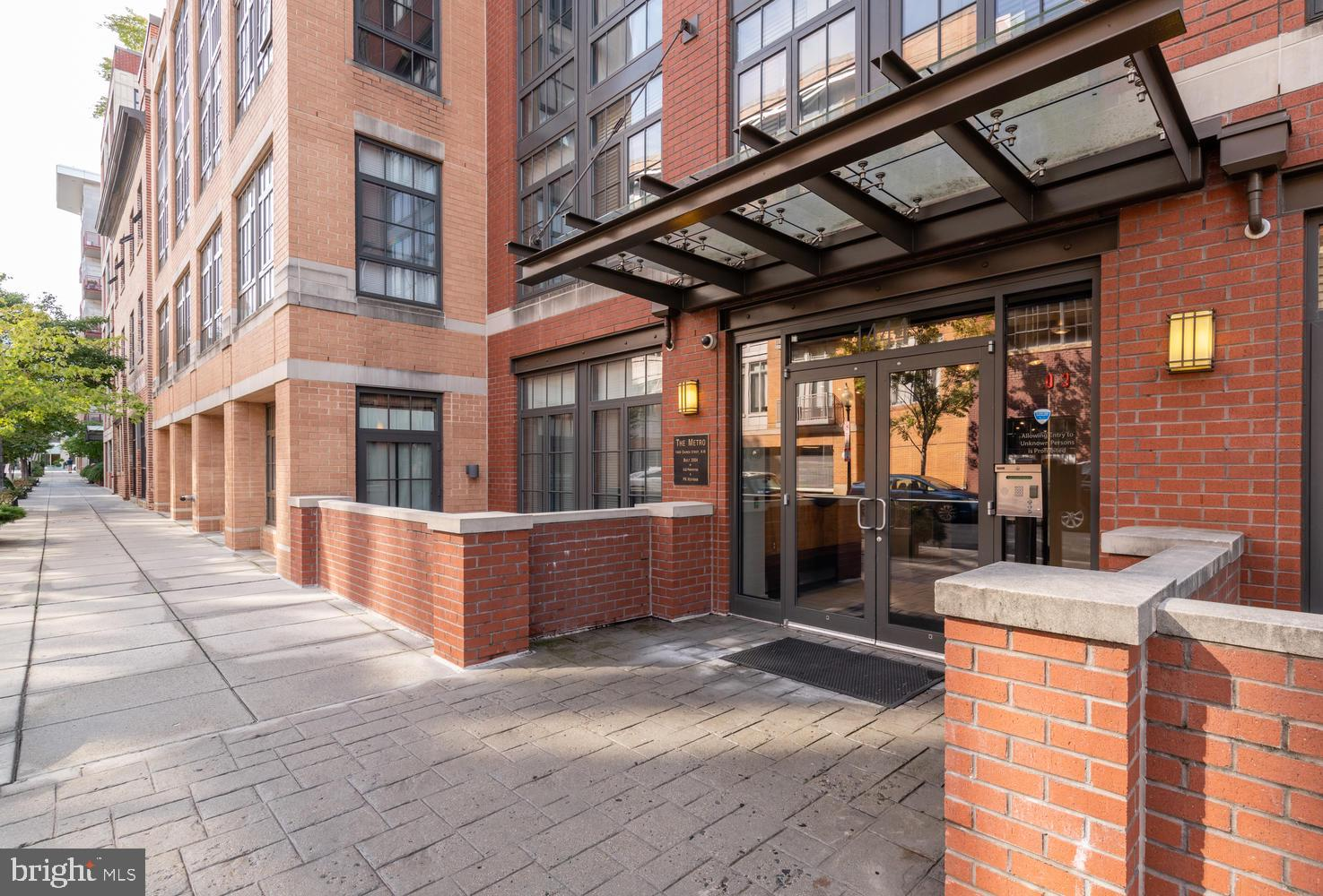 Live on one of the most desirable streets in Logan Circle! This 2 bed/2 bath unit features an open f