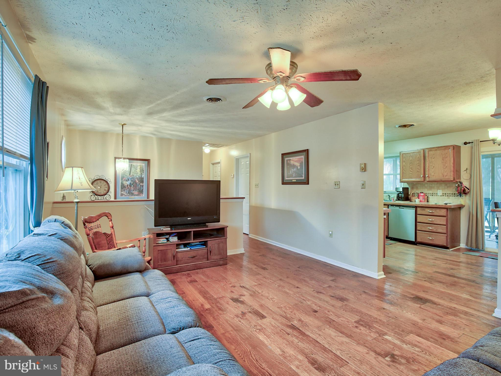 Convenient commuter location in a well-established neighborhood! You'll love the beautiful laminate