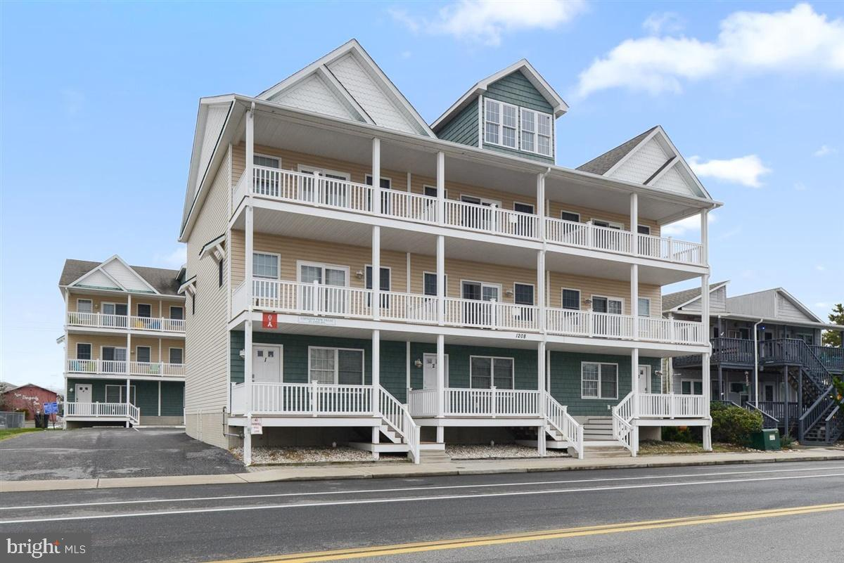 Roomy 4 bedroom 3 1/2 bath downtown townhouse with two car garage located close to the beach and boa