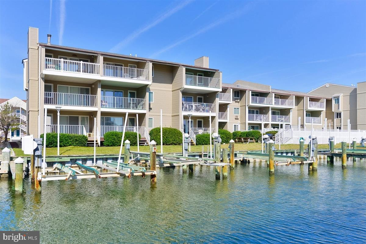 Bring your Boat!! Enjoy your breakfast on the South facing deck overlooking the pool and the water.