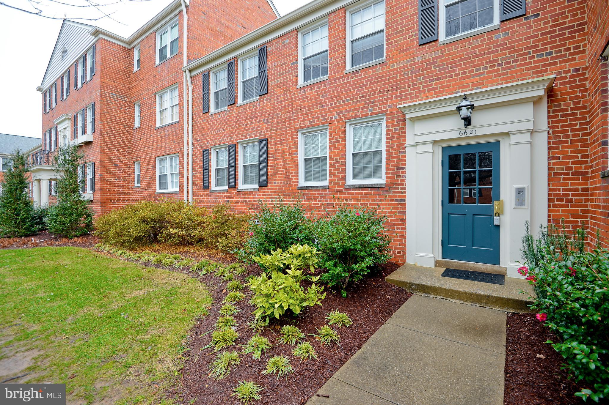 Renovated Main Level Porch Unit in Belle View! Bright Opened Kitchen with Large Breakfast Bar. Polis