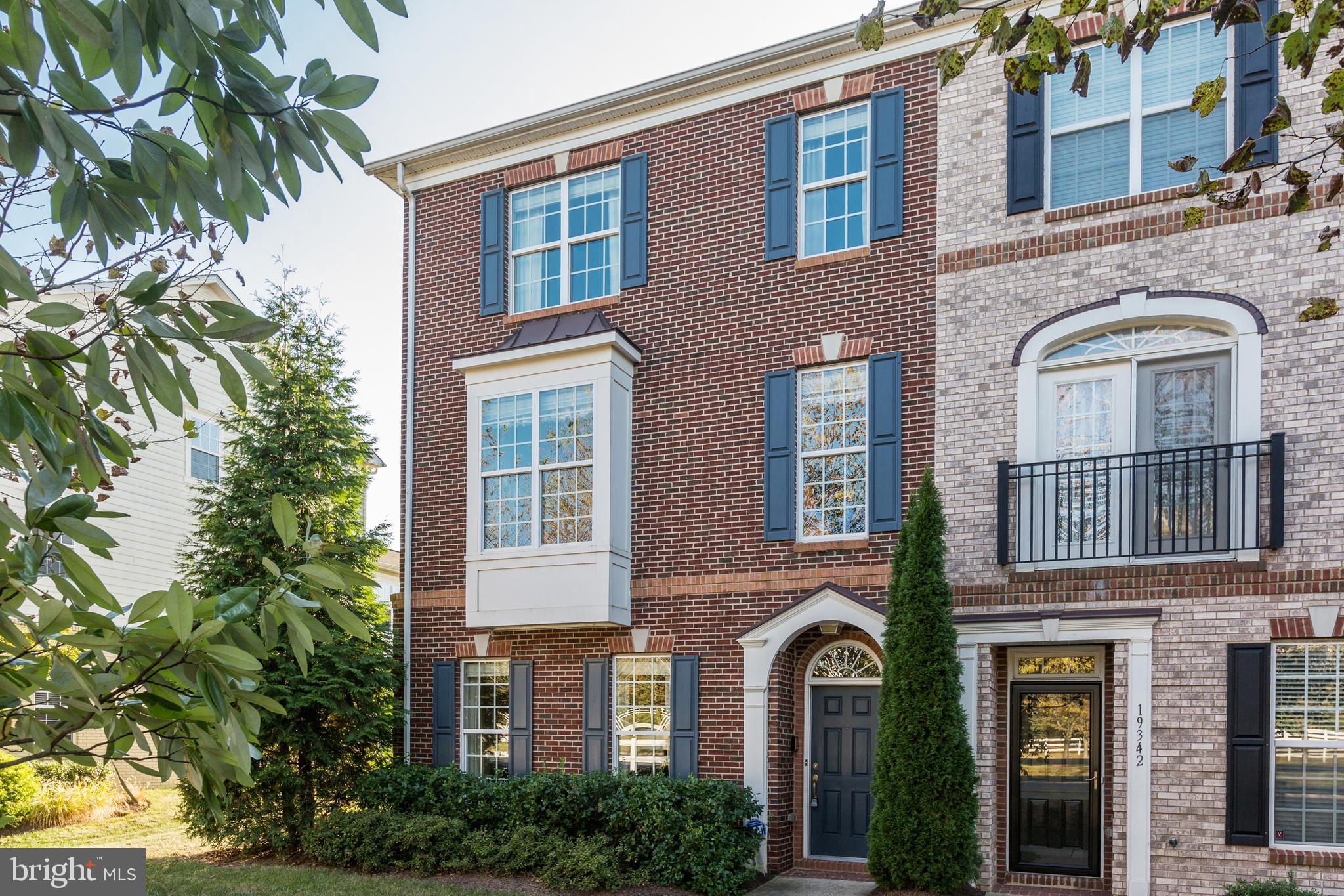 OPEN SUN 12/15 2-4PM**Immaculate Move-IN Condition! Beautiful End Unit town home in sought after Lan