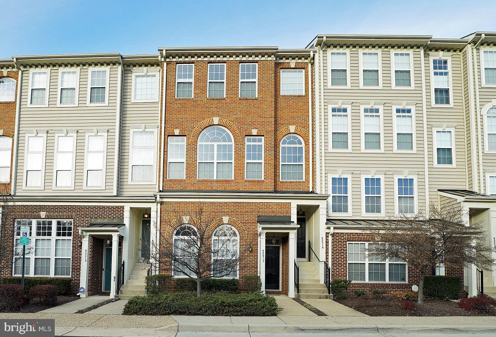 Stunning 2 bedroom 2.5 garage townhouse style condo in popular Amber Spring in Stone Ridge!  Vaulted