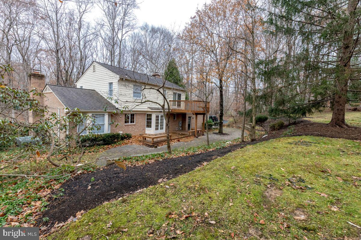 Spacious 5 Bed Colonial in quiet country setting. Country kitchen, hardwood flooring. Formal living