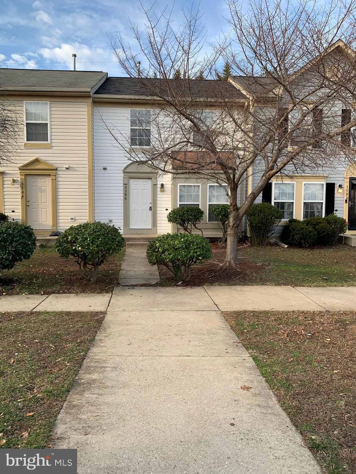 BEAUTIFULLY RENOVATED TOWNHOUSE! HOME OFFERS 3 BEDROOMS 1.5 BATHS,  ALL NEW KITCHEN  WITH  AND STAINLESS STEEL APPLIANCES.  NEW BATHROOMS,. NEW FLOORING THROUGHOUT.  AWESOME!