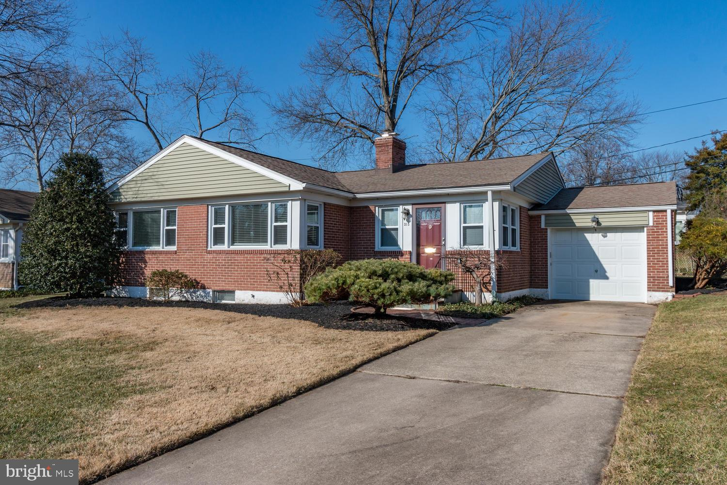 Looking for single floor living in a convenient location & popular community - This Fairfax brick ra
