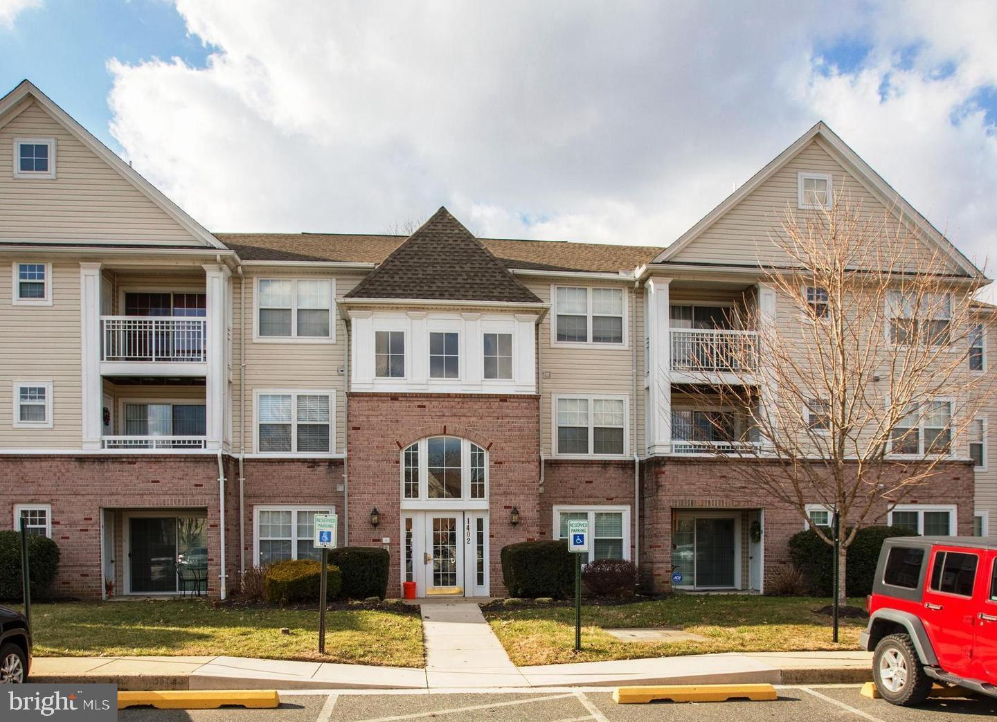 WONDERFUL THREE BEDROOM, TWO BATH CONDO IN SOUGHT AFTER TAYLOR RIDGE. MOVE IN READY GROUND LEVEL CON