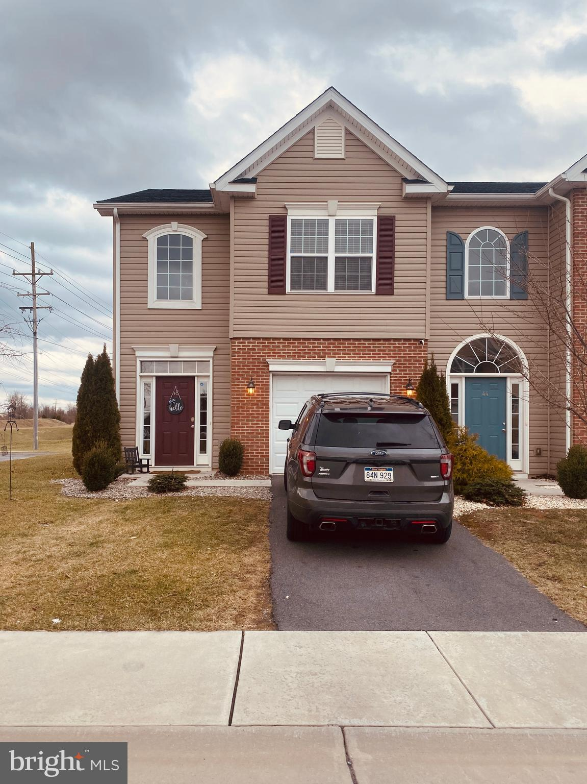 4 year young- 3 bedroom, 2.5 bath end unit Carriage house with 1 car garage,   Gracious 2 story foye
