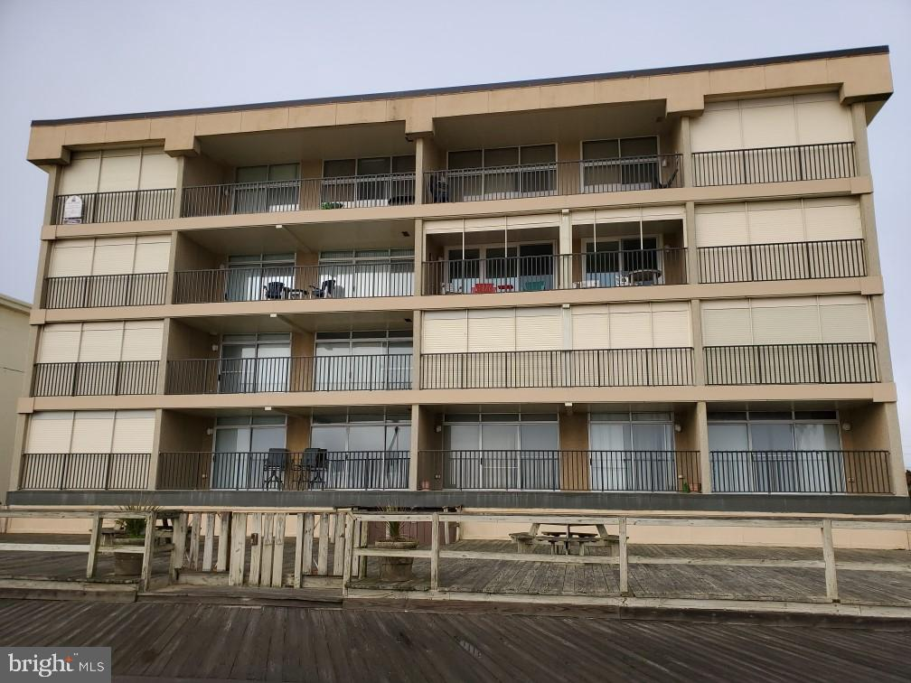 Rarely offered 2 bedroom and den Regency unit with Extra large balcony off the living room and maste