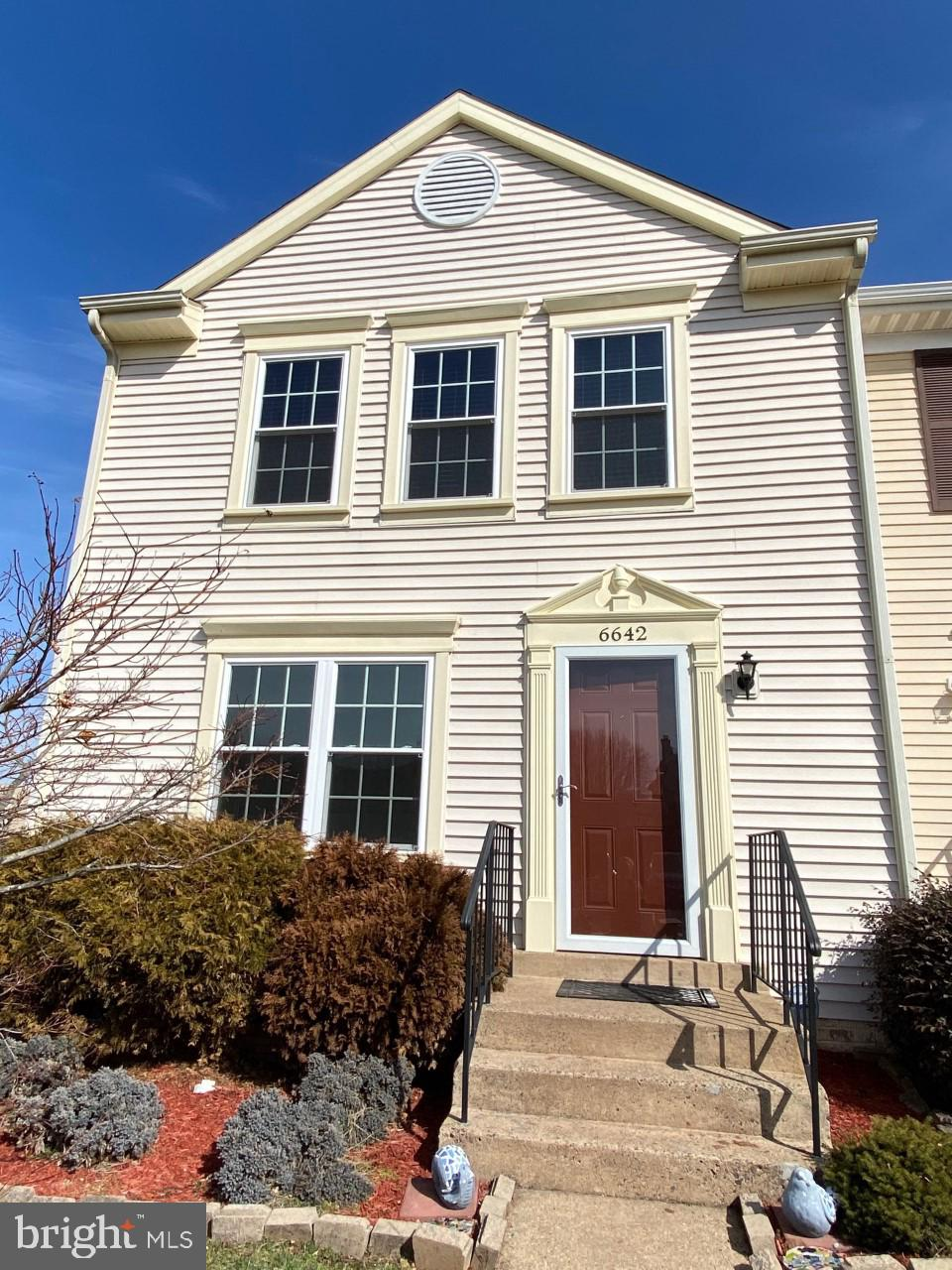 Gorgeous end unit ready for new owner with 3 bedrooms, 2 full baths and 2 half baths. Cul-de-sac lot