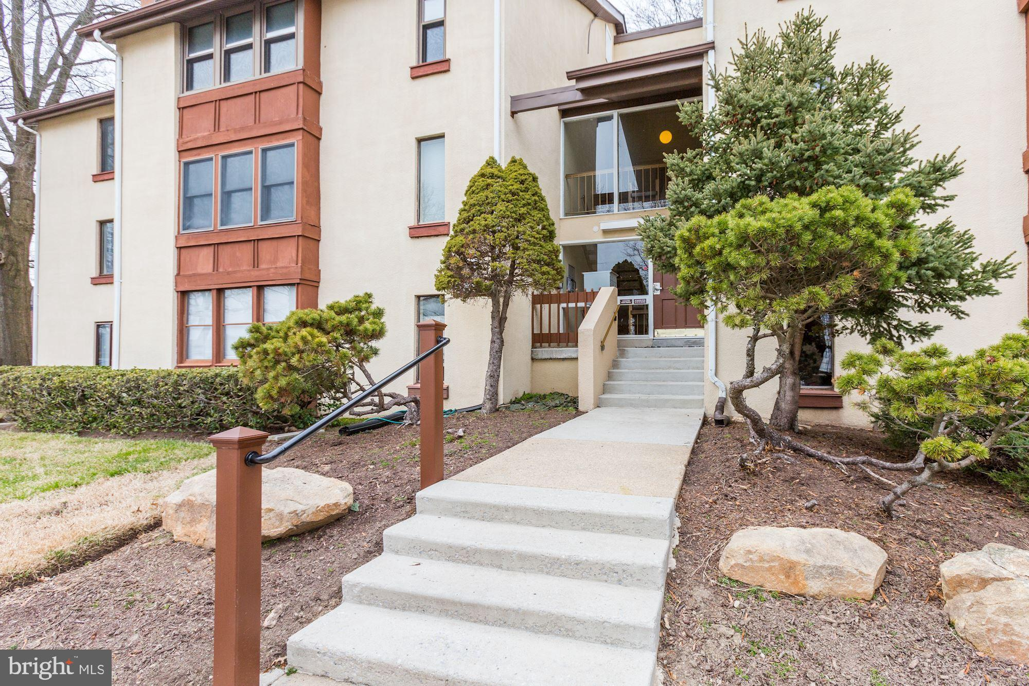 1 Bedroom unit in the charming community of Shadow Oaks!  There's lots of parking out front and the
