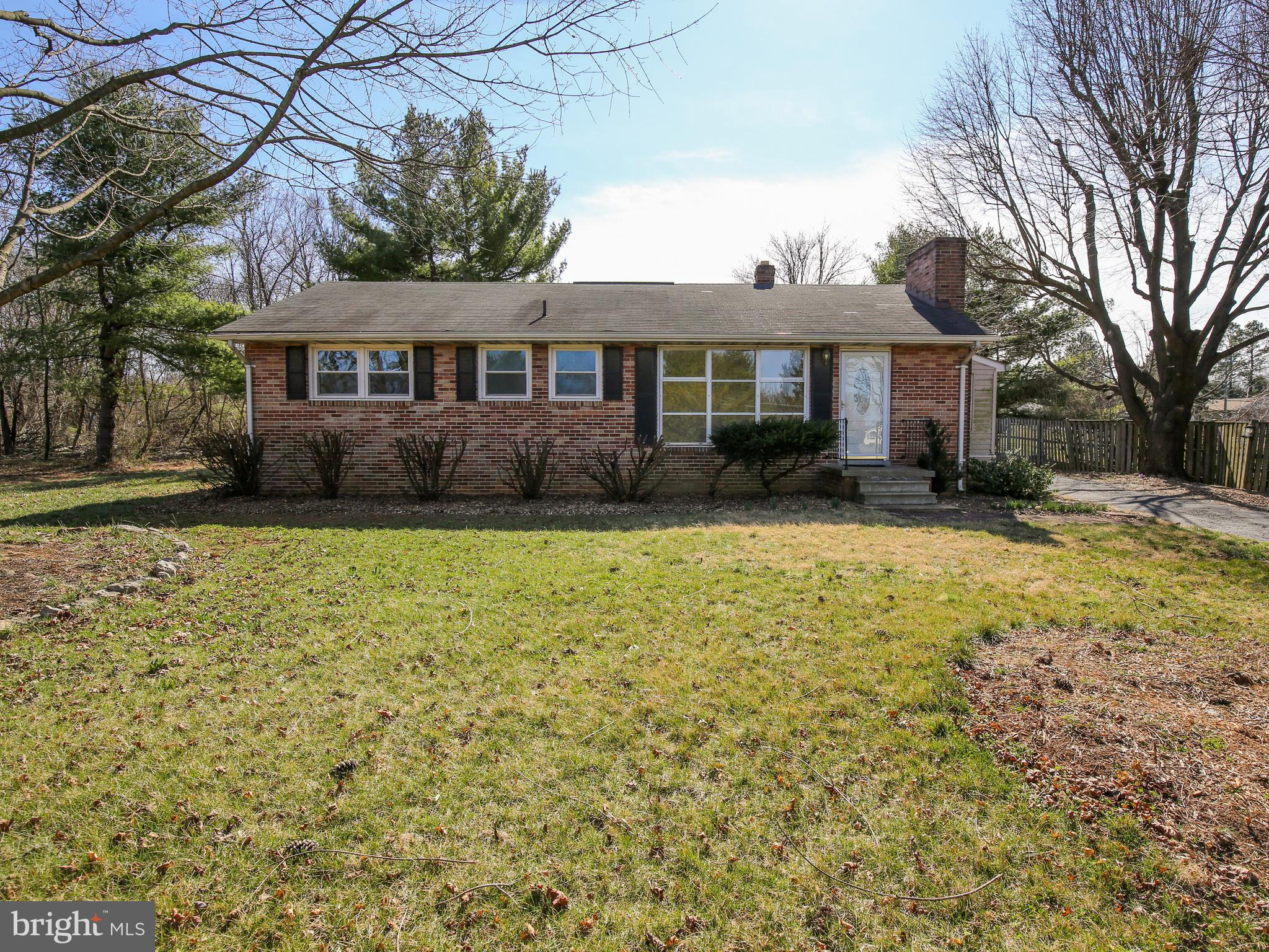 If a convenient location and one-level living are what you're after, look no further! This all-brick