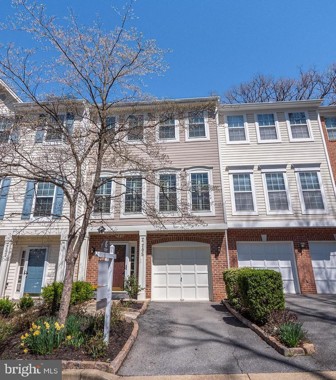 This lovely town home is conveniently located minutes from I-270, shopping, and dining.   It feature