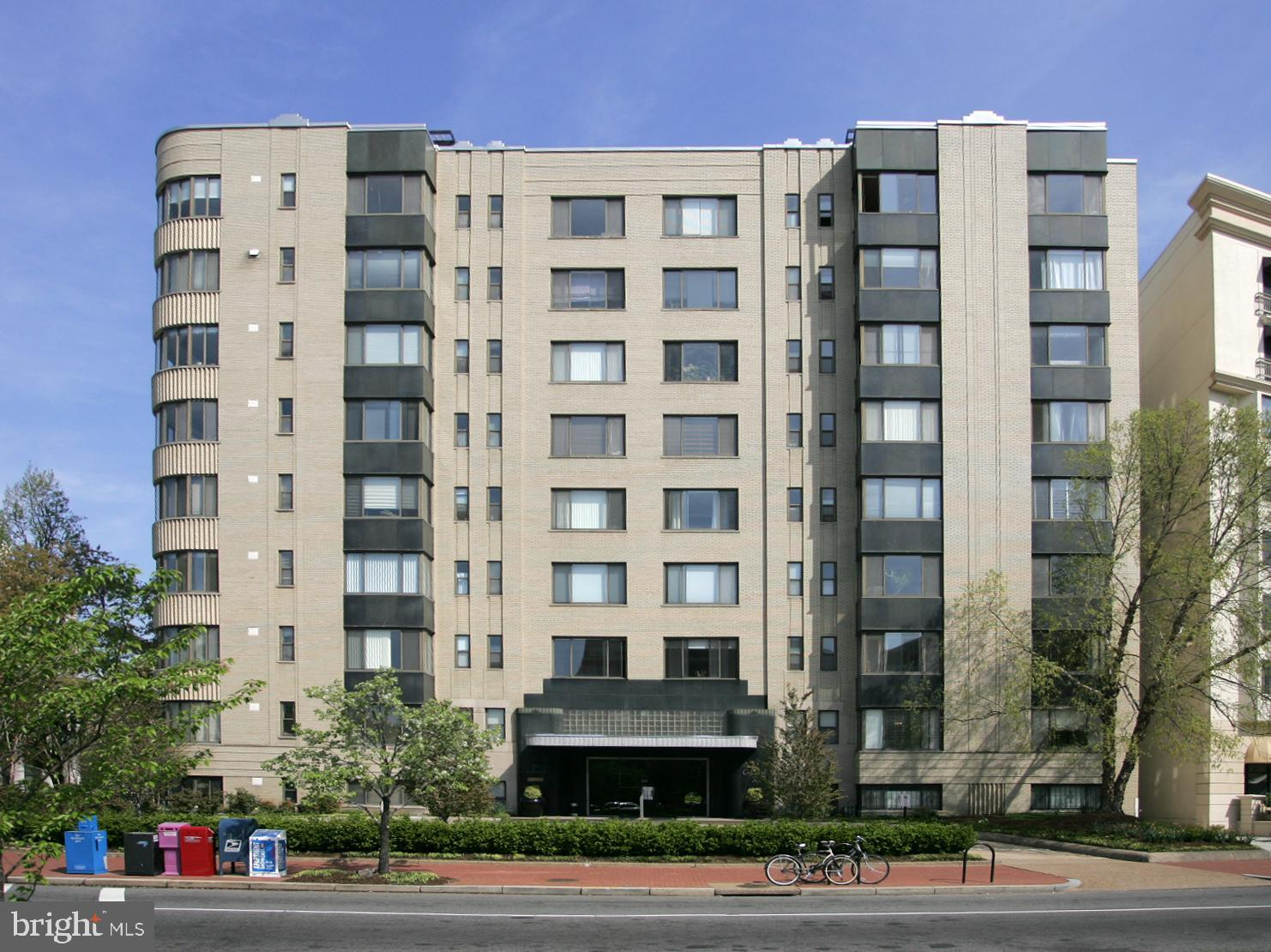 Welcome home! A spacious and beautifully updated 1 bedroom condo in the General Scott building! Unit