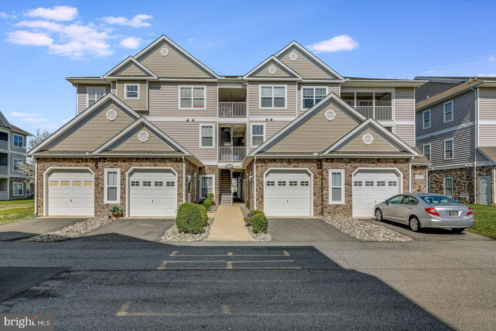 MOVE-IN-READY 2 bed/2 bath condo overlooking the pool & clubhouse in Hearthstone Manor. This unit bo