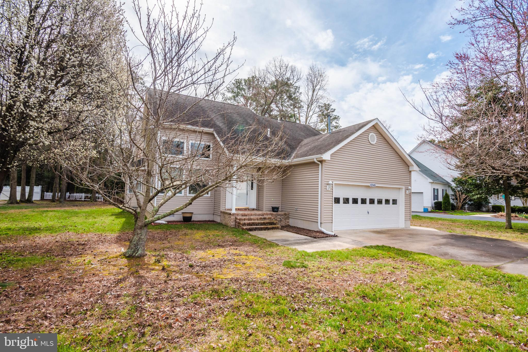 Meticulously maintained 4 br 2 1/2 bath home in Fox Chapel!    Master bedroom on 1st floor!  2 car garage.  sun room.   open floor plan with loft! Close to the beaches of Assateague Island and Ocean City!   Walking distance to Ocean City Elementary.    Great opportunity to own in Fox Chapel!