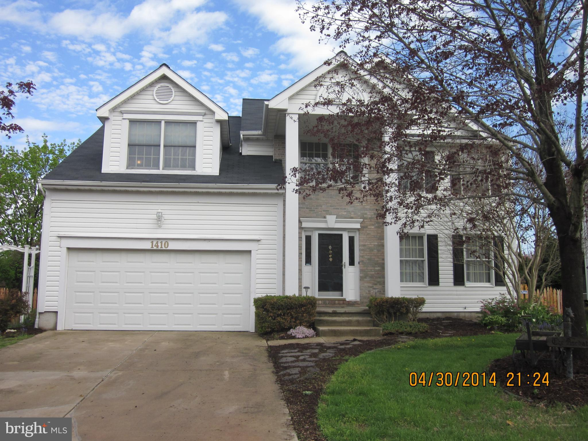THIS PROPERTY IS VACANT>>>Come see this huge colonial in Fountain Glen! Walk in to the 2 story foyer