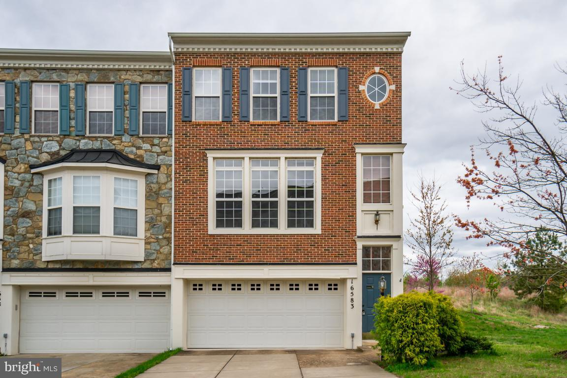 Welcome home to this stunning end-unit townhome located in the amazing River Oaks community!  You~ll