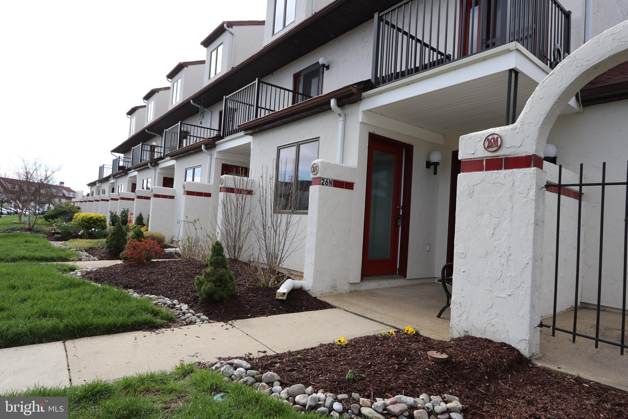 Fabulous pond front condo now available in Queens Landing! ~New Appliances~ New Water heater~This se