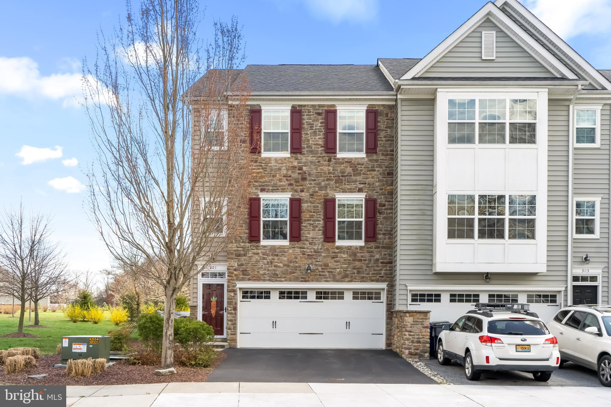 Only a Transfer makes this beautiful  3 bedroom 2.1 bath end unit town home available in desirable L