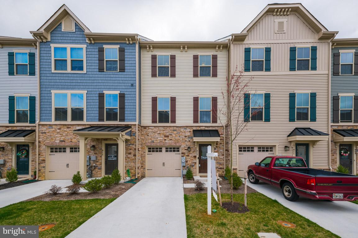 Elegant Townhome in The Townes at Bynum Run! Built in 2018 with stunning features and builder~s warr