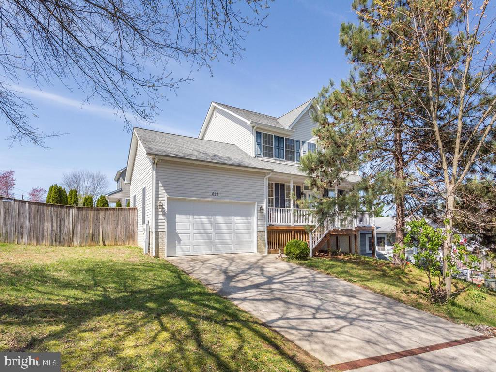 Gorgeous Edgewater home with over 3200 total square feet and in a water oriented community.  On the