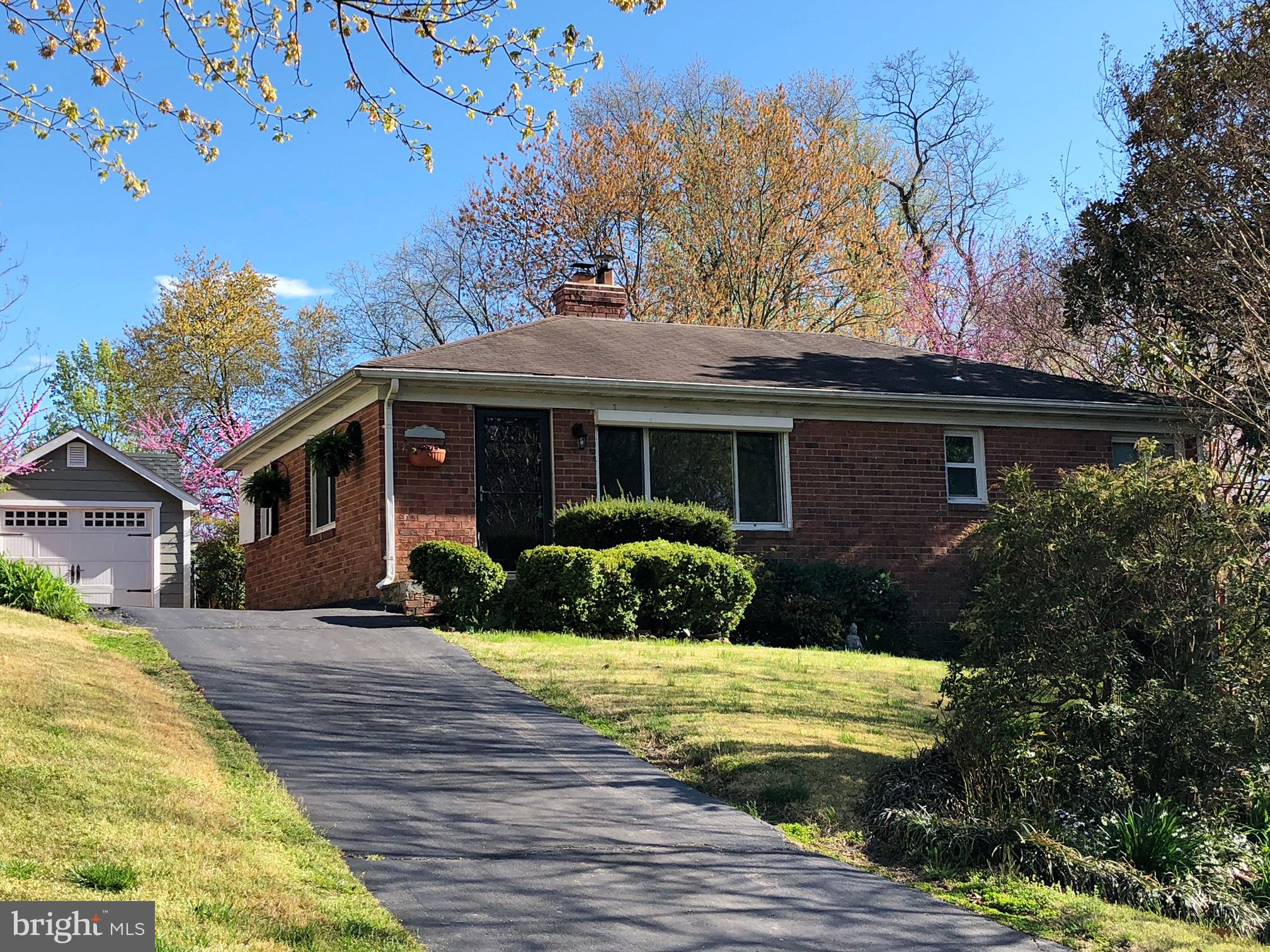 Adorable and cozy detached home located in a quiet and well established neighborhood.  It has been r