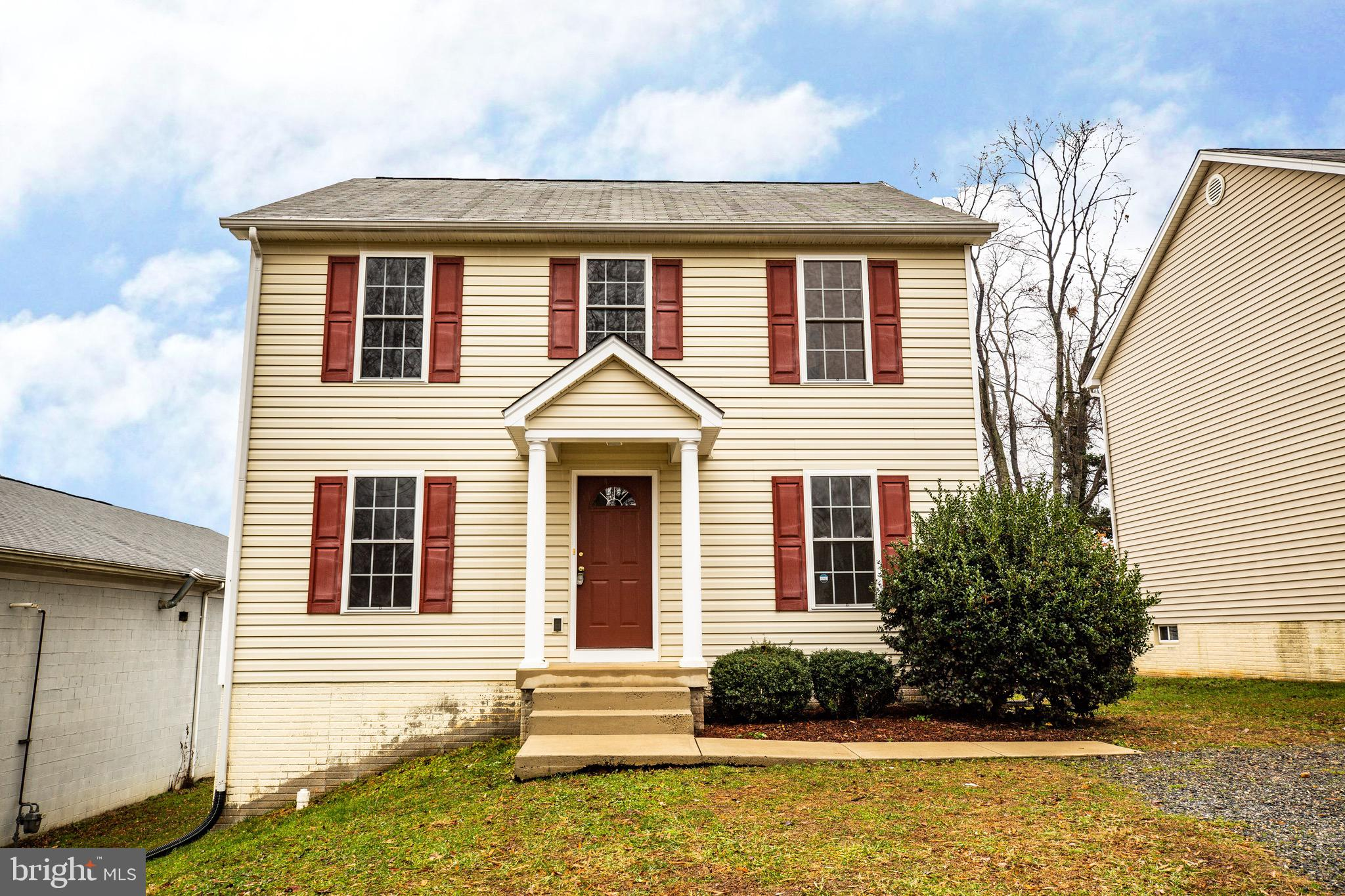 Spacious 3 bed, 2.5 bath home in South Stafford just minutes from downtown Fredericksburg. Features