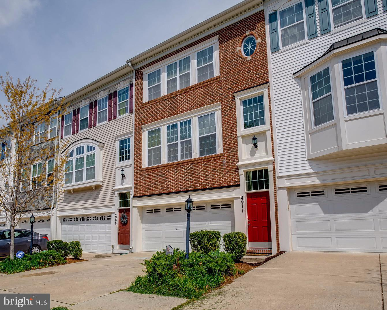 You'll feel right at home in this gorgeous 3-level townhome in Potomac Highlands. The open floor pla